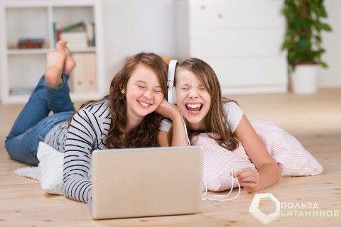 дві дівчини